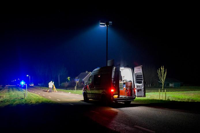 De politie doet sporenonderzoek na het dodelijke ongeval in Streefkerk.