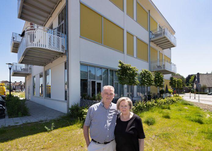 Wil en Gerri Holthuizen voor hun appartement in het voormalige Twekagebouw.
