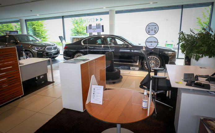Bij BMW in Brussel zal de verkoper achter glas plaatsnemen en vandaar alle details met de klanten bespreken.
