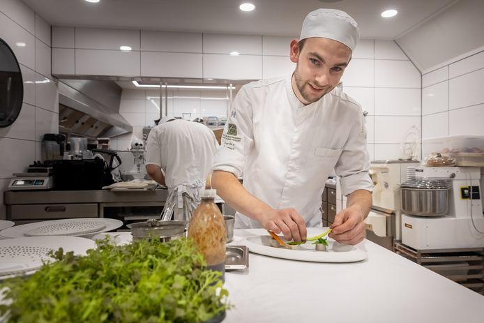 Gertjan Tempert in actie in de keuken van De Groene Lantaarn in Staphorst.