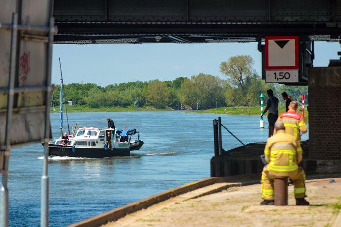 Een zeilboot kwam vast te zitten onder de oude IJsselbrug.