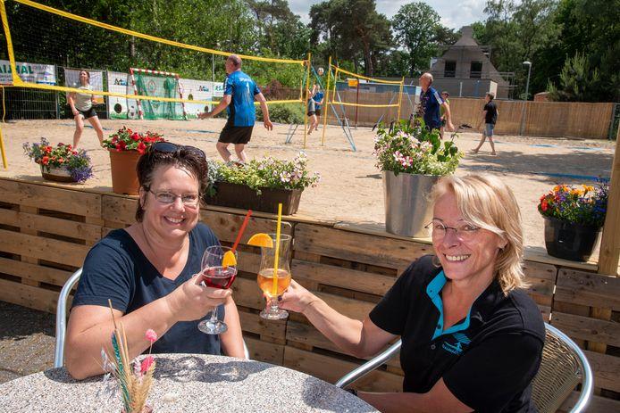 De dames Ilse Hendriks (links) en Hélène Vousten genieten van een cocktail op Beachpark Overloon.