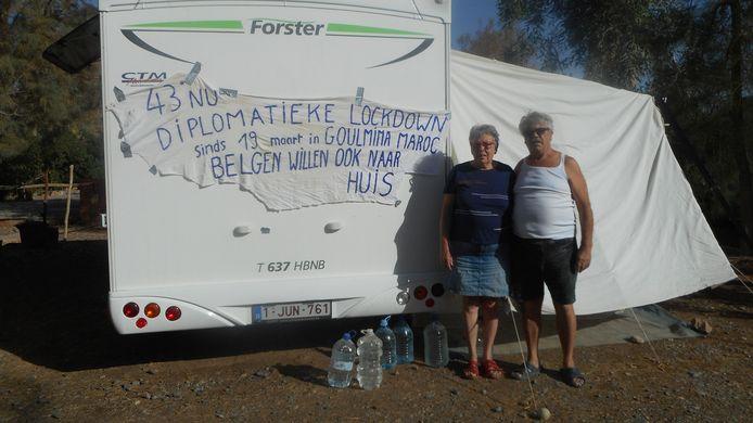 Irène Cardinaels en Rik Laurent bij hun camper, in de brandende zon. Ze zitten al bijna weken vast in het Marokkaanse Goulmina.