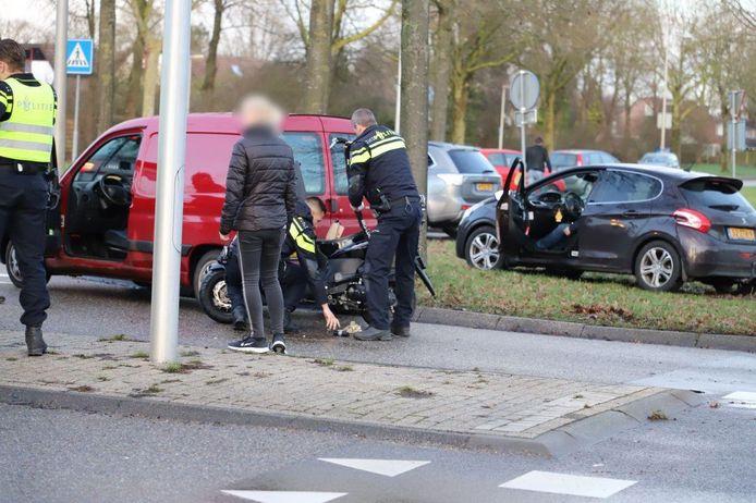 Politie doet onderzoek bij de aangereden scooter.