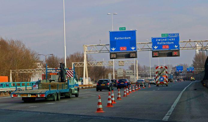Een vanwege werkzaamheden half afgesloten A16 richting Rotterdam.