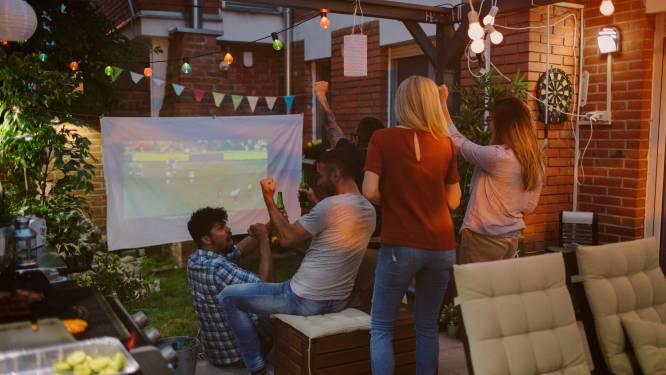 Het EK 2021 op groot scherm volgen met vrienden in de tuin? Dat kan met deze beamers