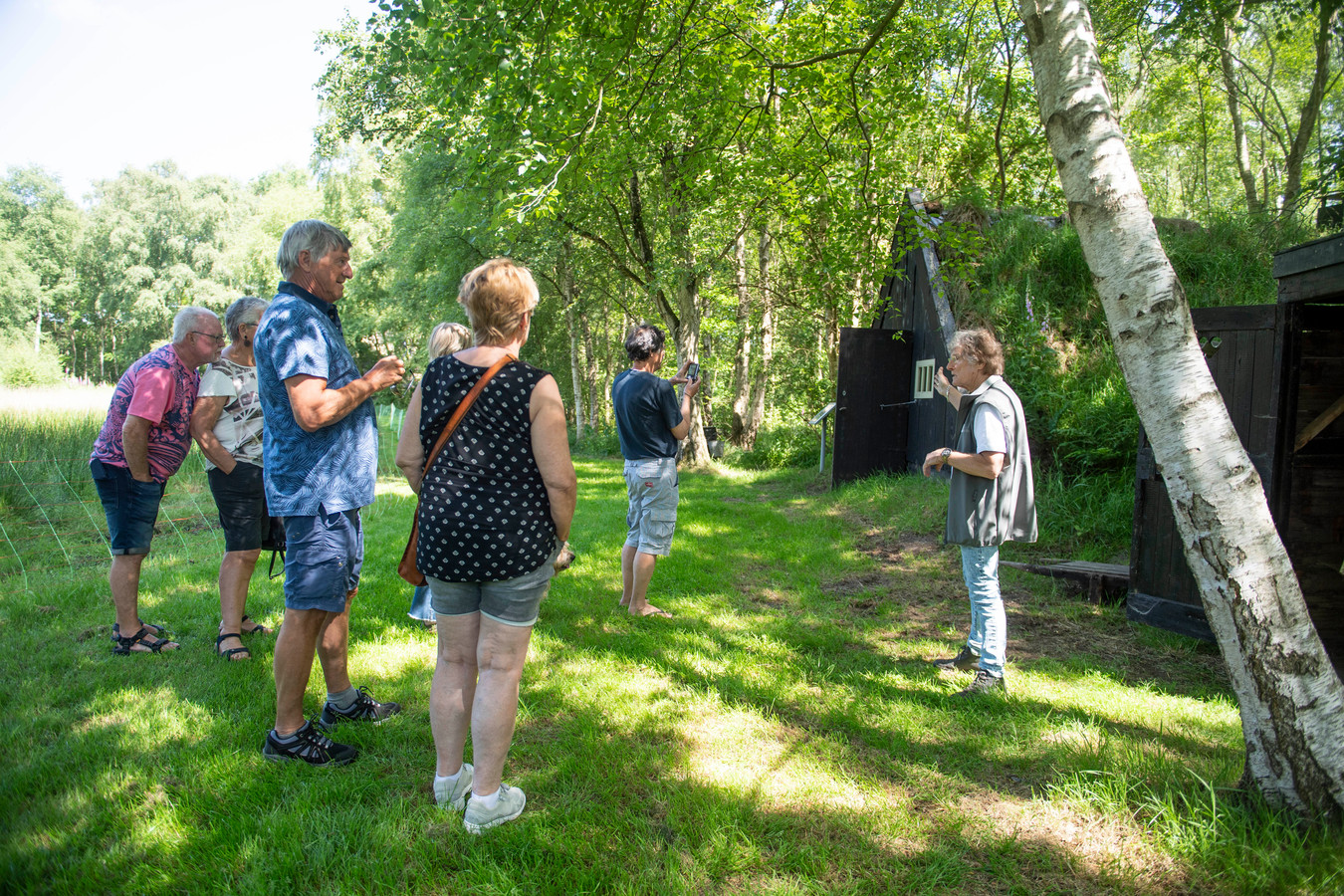 De gids geeft uitleg over de veenhutten op het complex  van het Veenmuseum in Westerhaar.