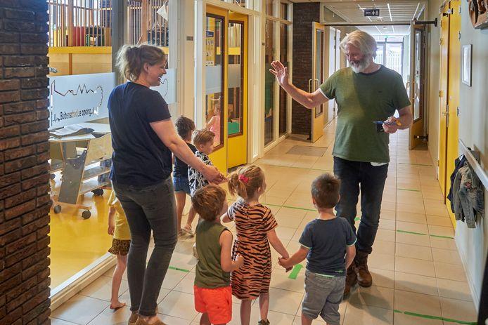 Toon van der Heijden , bestuurslid van 't Hart van Oijen ontmoet in de gang van het dorpshuis kinderen van de buitenschoolse opvang. Het dorpshuis wil een (nog) belangrijkere rol gaan spelen in het dorpsleven.