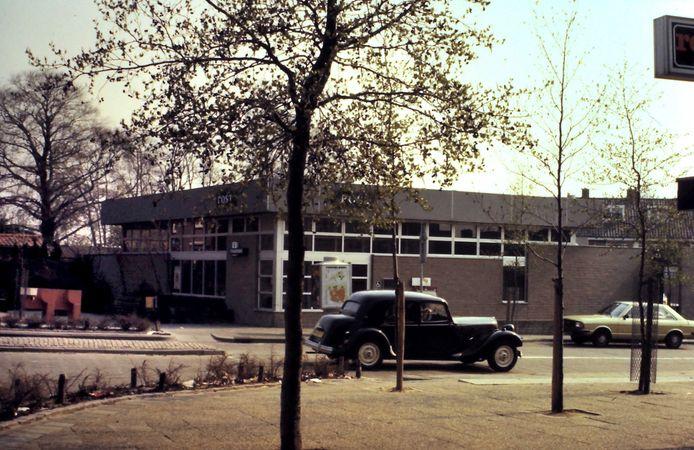 Het kunstwerk voor het postkantoor in de jaren zeventig of tachtig.