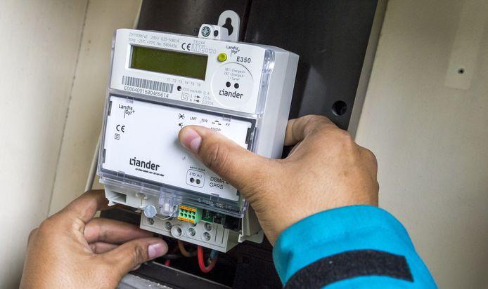 Een monteur installeert een slimme elektriciteitsmeter.