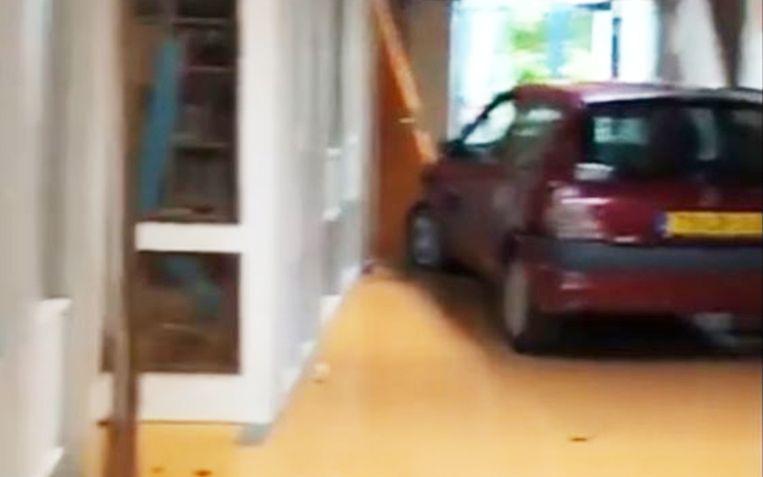 De man reed met zijn wagen de school in het Noord-Hollandse Grootebroek binnen.