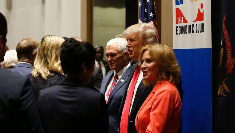 Donald Trump met Beth Chappell, voorzitter en CEO van de Detroit Economic Club, en Mike Pence, 8 augustus 2016. In Detroit zijn de afgelopen jaren veel banen verloren gegaan. Beeld afp