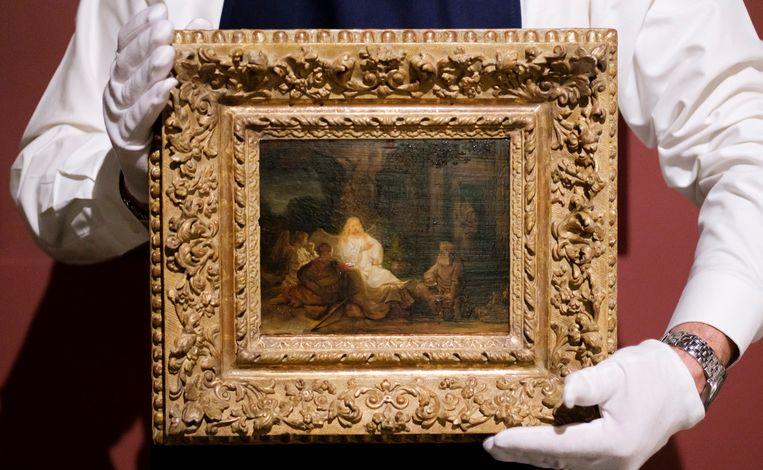 Een medewerker van Sotheby's laat 'Abraham en de engelen' zien. Beeld EPA