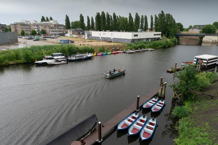De Dieze tussen Tramkade en een deel van Orthenpoort-Zuid. Daar moet het waterplein als een eiland komen, dat gaat ten koste van het gezondheidscentrum, hier op de foto.