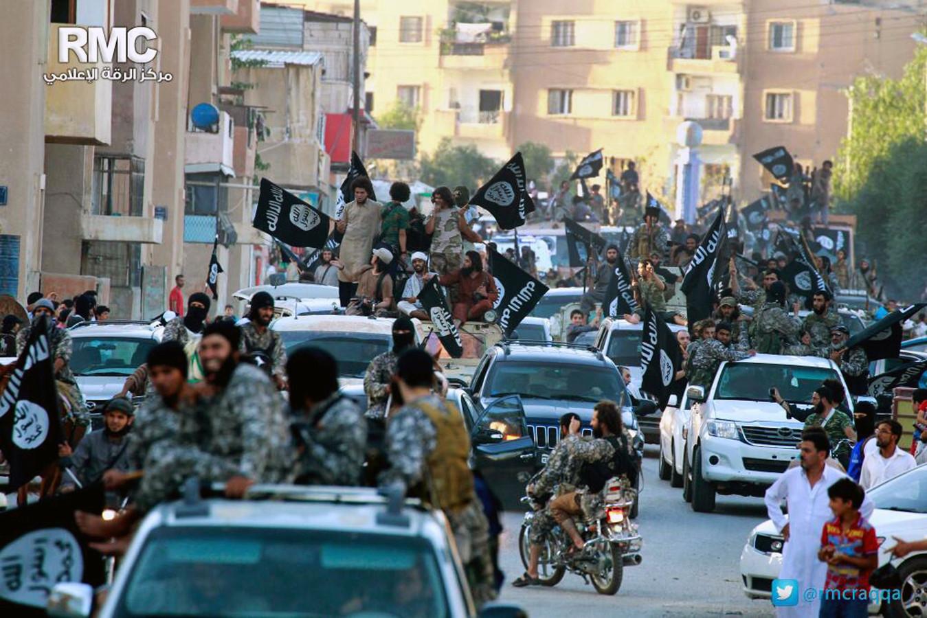Archiefbeeld van een IS-parade door de Syrische stad Raqqa (juni 2014).