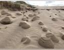 Piramides, grafheuveltjes in de duinen ontstaan door nat zand en veel wind.
