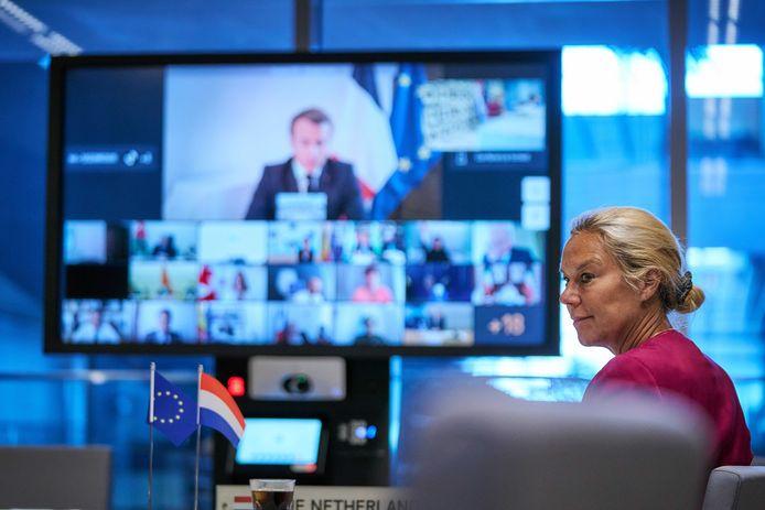 Minister Sigrid Kaag (Ontwikkelingssamenwerking) overlegt via een videoverbinding met wereldleiders over hulpverlening aan Libanon.