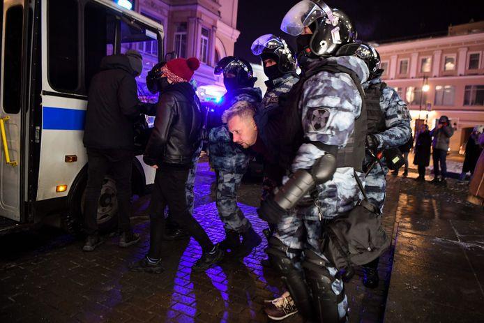 De Russische politie houdt demonstranten in Moskou aan.
