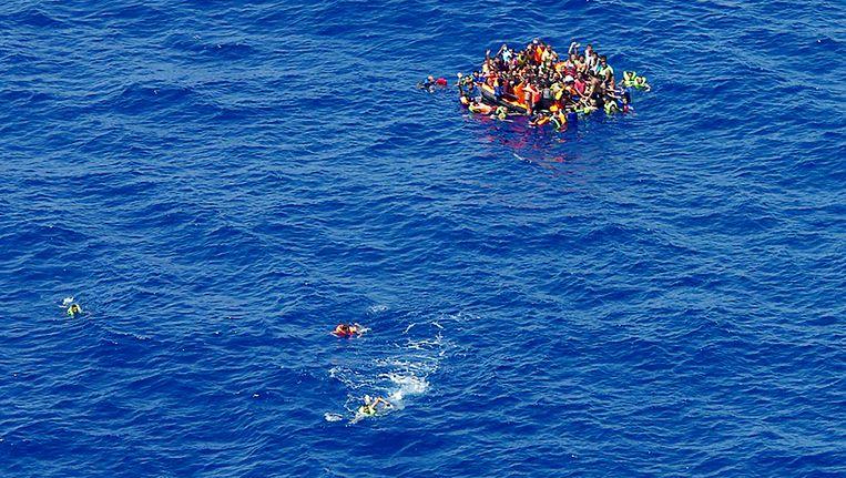 Een beeld van de Middellandse Zee, gisteren, na de schipbreuk voor de Libische kust.