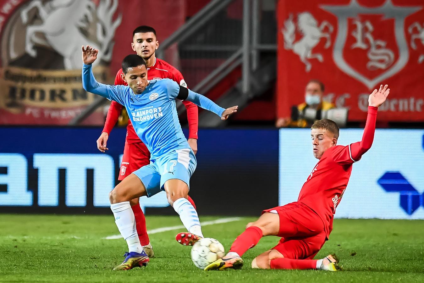 Gijs Smal (rechts) zet Mauro Junior tegen PSV de voet dwars. Vrijdagavond staat hij voor het eerst aan de aftrap bij FC Twente.