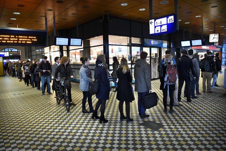 Drukte bij het stemlokaal op het station van Nijmegen. Beeld Marcel van den Bergh / de Volkskrant