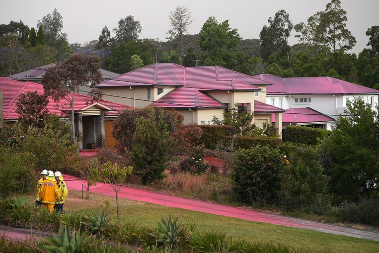 Een hele wijk in het roze na een misser van een blusvliegtuig.
