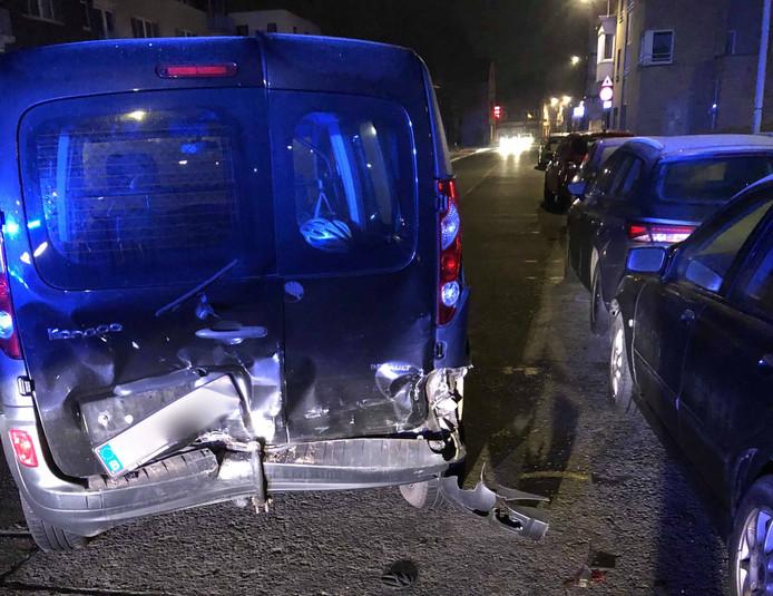 De geparkeerde wagen werd aangereden op de Hundelgemsesteenweg.