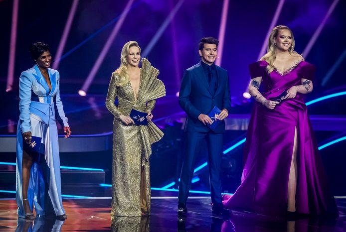 Presentatoren Edsilia Rombley, Chantal Janzen, Jan Smit en Nikkie de Jager tijdens de finale van het Eurovisie Songfestival. De jurken zijn vanaf 9 juni in Tilburg te zien.
