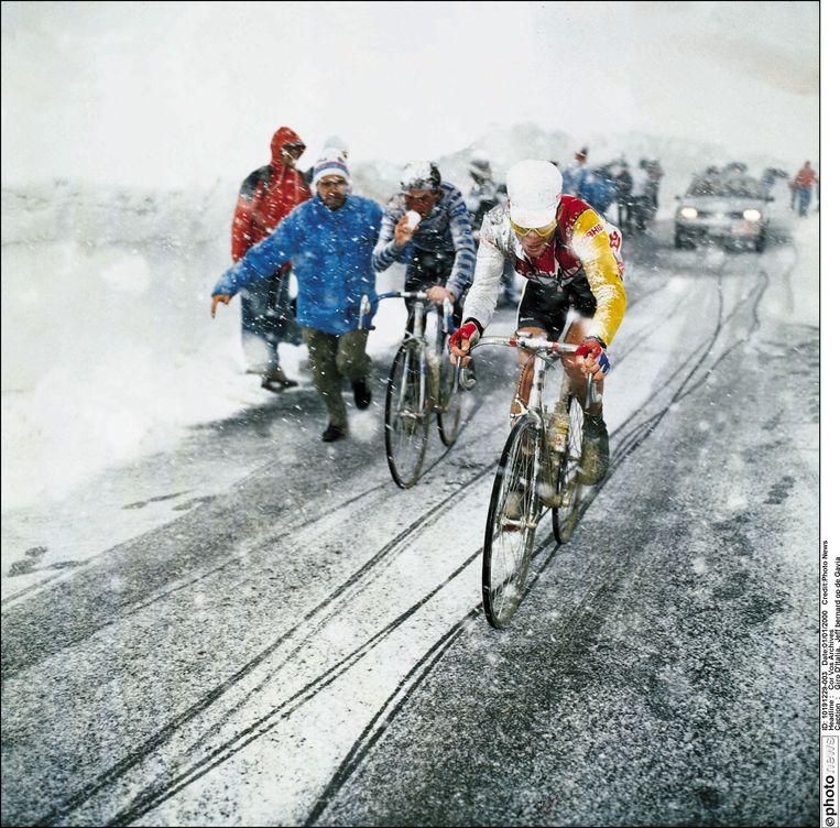 ► De Fransman Jean-François Bernard ploegt door de sneeuw op de Passio di Gavia, in de Giro van 1988. Beeld PHOTONEWS