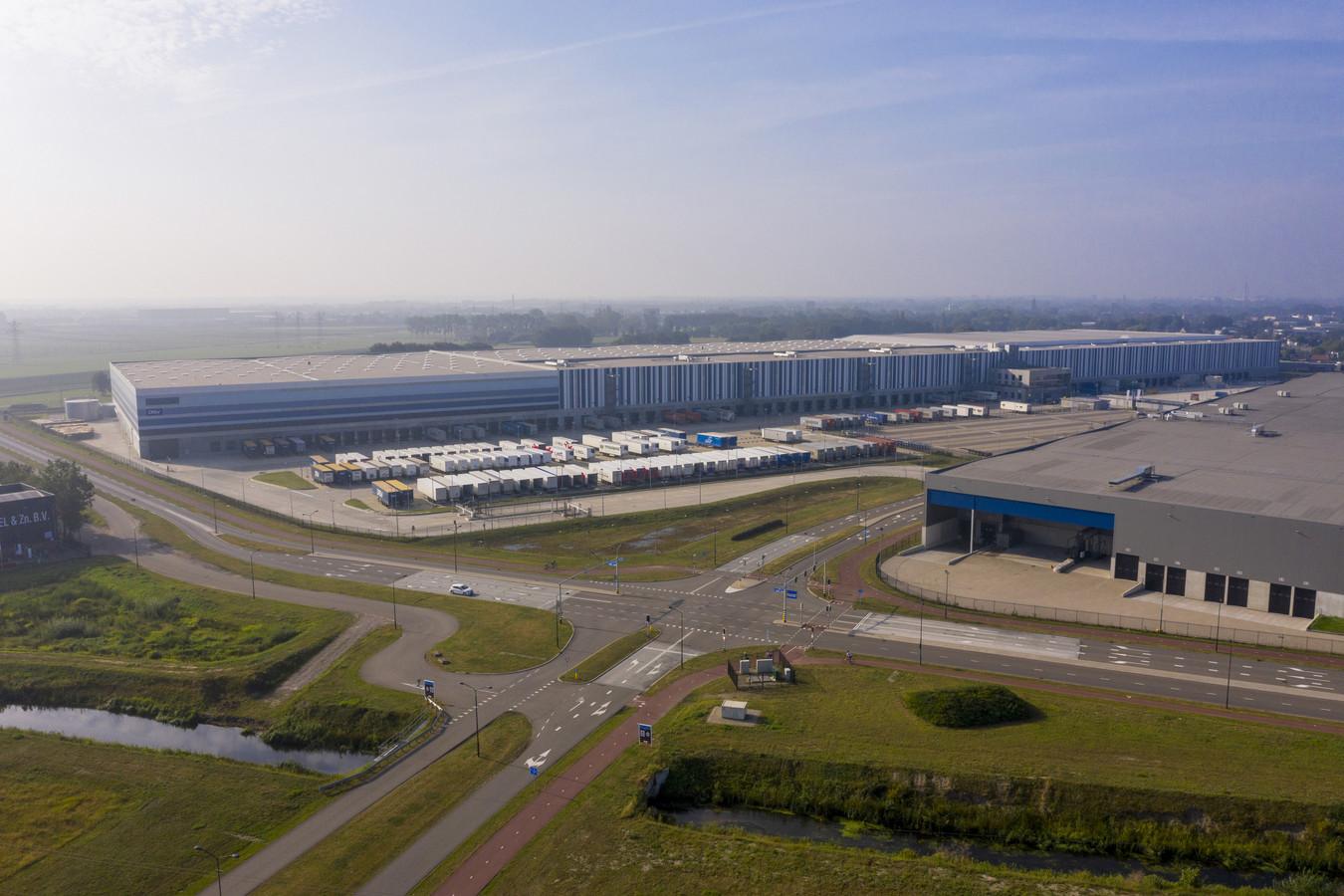 Het distributiecentrum van Primark op Borchwerf. Rechts het Europese distributiecentrum van Lidl.