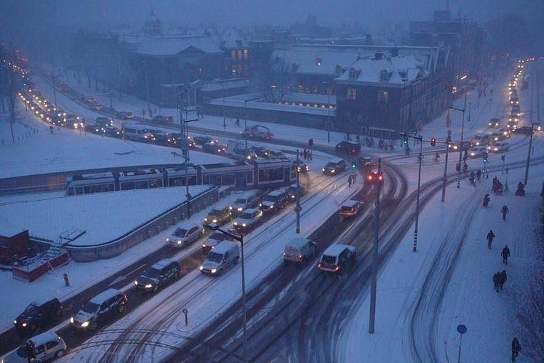 Uitzicht op het Mr. Visserplein, waar alles stil staat door de sneeuw. Foto Michiel Beers Beeld