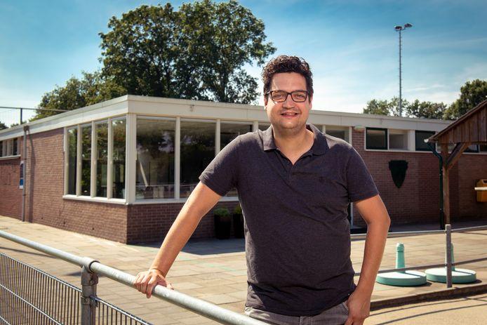 Voorzitter Sander Leemhuis van korfbalvereniging KIOS'45 uit Sibculo, met op de achtergrond de kantine.