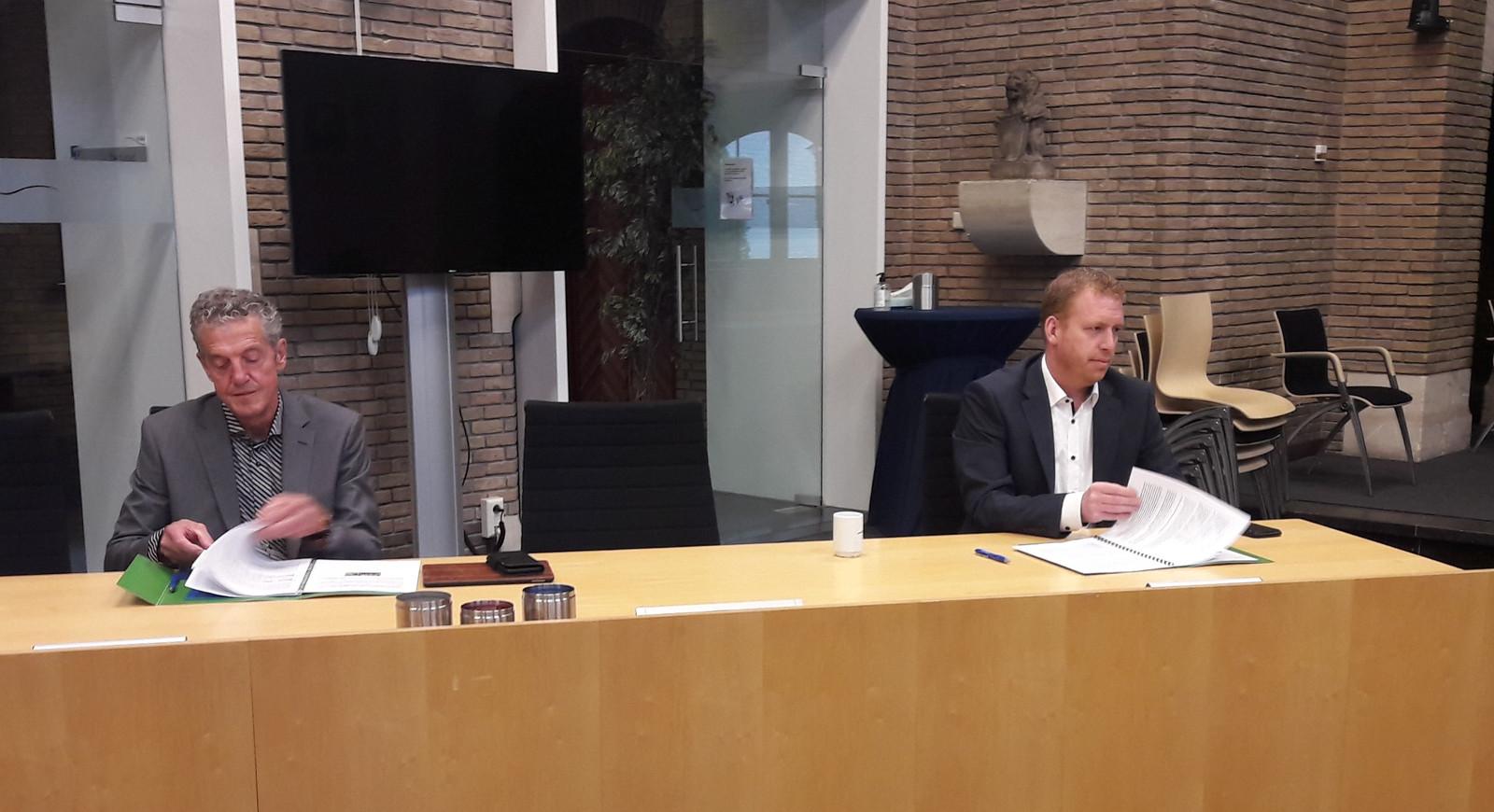 Leo Soffers (l) van scholenstichting OMO waaronder basisschool De Dobbelsteen in Hoogerheide valt en directeur Guus Haelermans van het ZuidWestHoek College in Ossendrecht zetten hun handtekening onder het meerjarige huisvestingsplan voor alle scholen in de gemeente Woensdrecht.