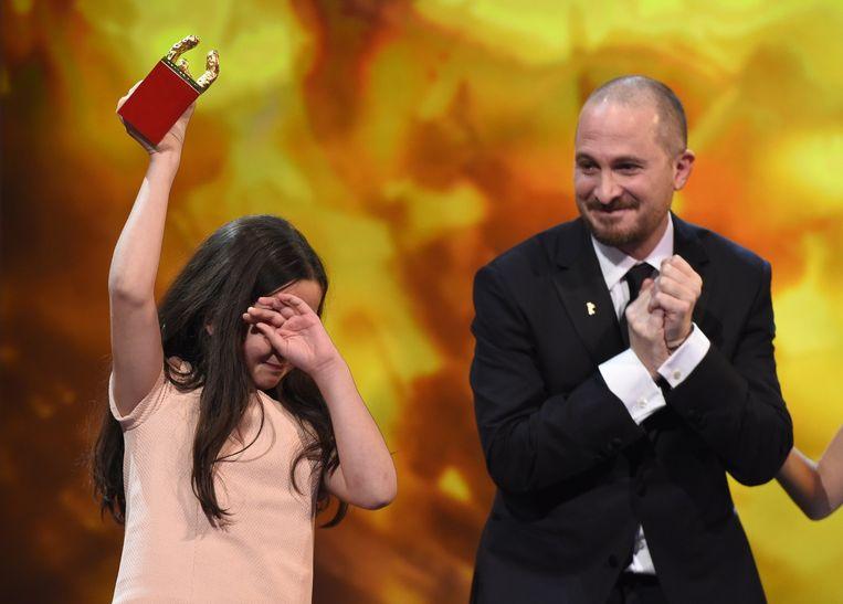 Hana Saeidi wordt emotioneel bij het in ontvangst nemen van de prijs van haar oom. Beeld afp