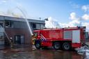De brandweer bezig met het bestrijden van de grote brand in Werkendam.