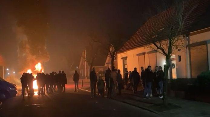 Jongeren op straat in de nieuwjaarsnacht in Achterberg