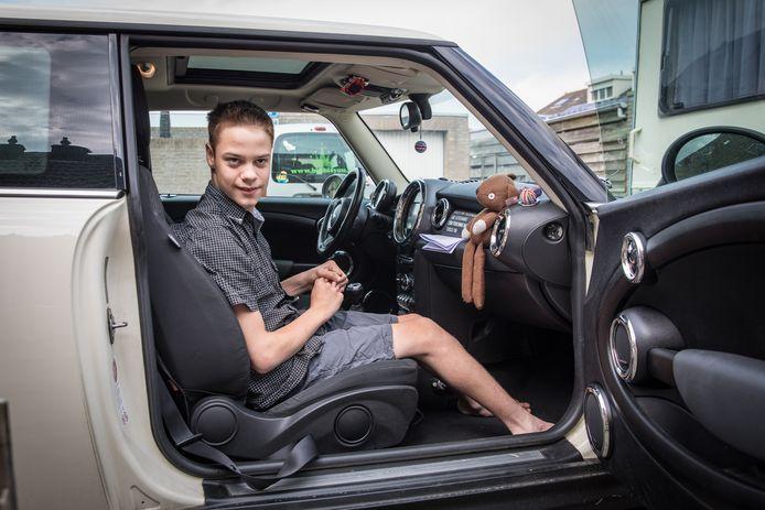 De gehandicapte Thomas (13 jaar) moet naar de auto kruipen.