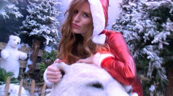 Merel Baldé (Merol) in haar clip bij 'Kerst met de fam'