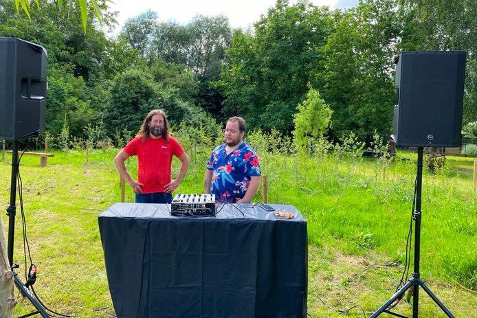 Klaas Calcoen van Imkerij De Kleine Steen en Kim Goossens van Radio 94 20.