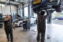 Vakgarage Renses Alkmaar heeft nog onderhoud aan benzine-auto's, maar bereidt zich al helemaal voor op een toekomst als garagebedrijf zonder smeerput, bougies en versnellingsbakken.