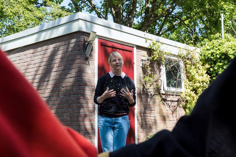 Theatermaker Laura van Dolron in de tuin bij Lorissa Jonker en haar familie. Beeld Natascha Libbert