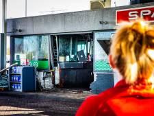Geschrokken medewerkers krijgen hulp nadat auto op tankstation inreed: chauffeur nog niet aanspreekbaar