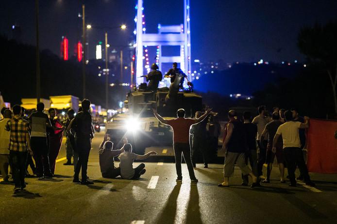Turkse burgers beschermen hun democratie tegen tanks.