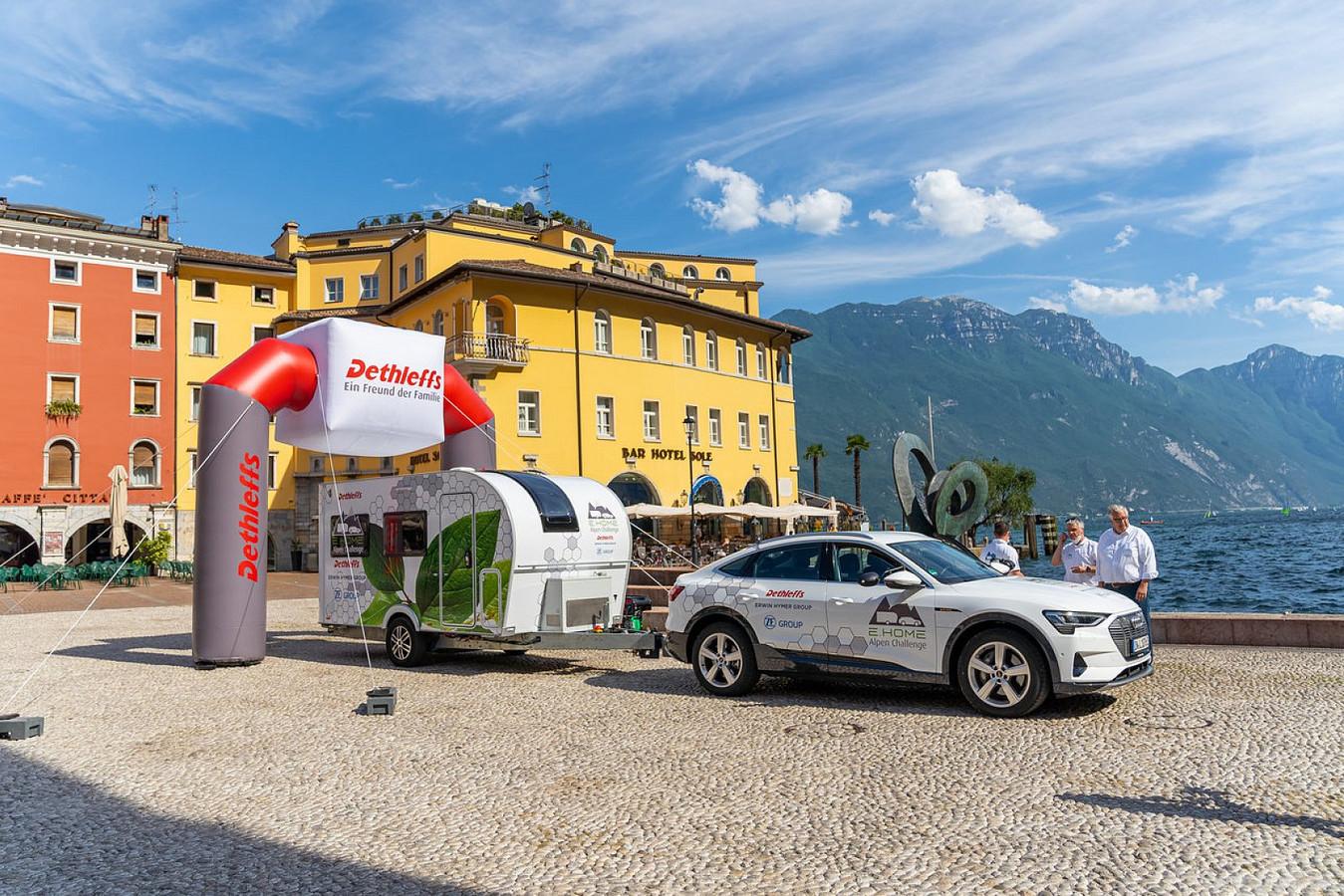 Missie voltooid: de elektrische Audi en Dethleffs hebben het Gardameer gehaald zonder bij te laden.