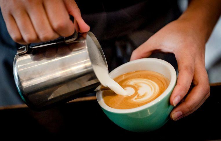 Uitgestelde koffie is een systeem waarbij iemand van tevoren een kop koffie koopt voor iemand die het niet kan betalen. Beeld anp