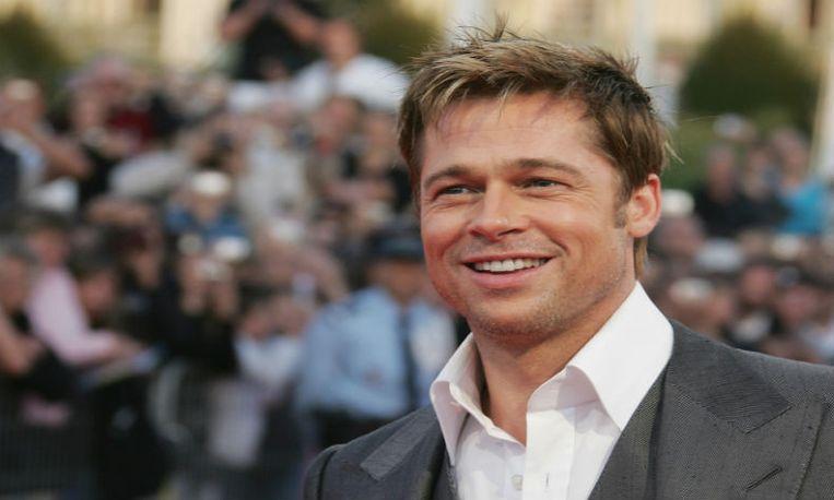 Acteur Brad Pitt redt een meisje dat bijna wordt platgedrukt