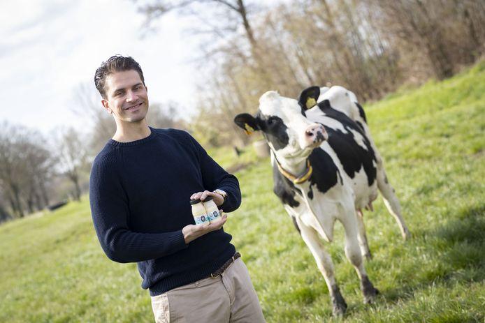 Proteïneshakes van Enschedese Lars Saihaja gaan vanuit Twente naar ziekenhuizen en zorginstellingen in heel Nederland. In Zenderen staat een van de boerderijen waar de melk vandaan komt.