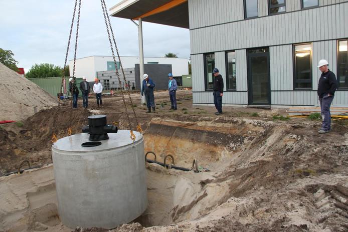 In dit vat wordt grijs water opgevangen dat weer wordt gebruikt om toiletten door te spoelen.