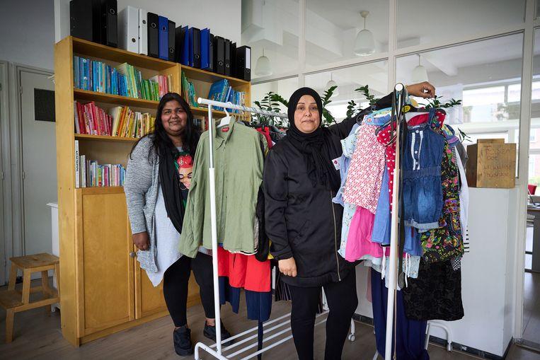 Ashana Pal en Fatima Esshassah van buurtvereniging Bij Betje. Beeld Phil Nijhuis