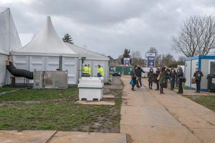 De eerste prikdag in de grote vaccinatietent tussen Malden en Nijmegen liep vorige week ook al uit op een teleurstelling. Om half elf werd de tent gesloten en ontruimd vanwege de harde wind.